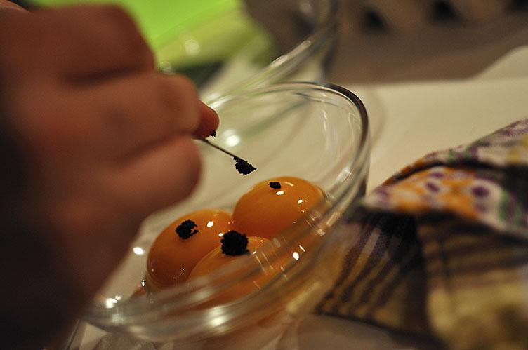 Das Vanillemark wird formschön auf das Eigelb platziert